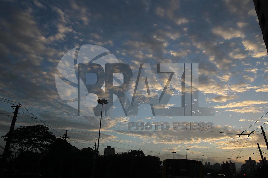 SAO PAULO, SP, 07/03/2013, CLIMA TEMPO. Manhã de sol na capital paulista na manhã dessa Quinta-Feira (7), foto feita na região Central de São Paulo. LUIZ GUARNIERI/ BRAZIL PHOTO PRESS.