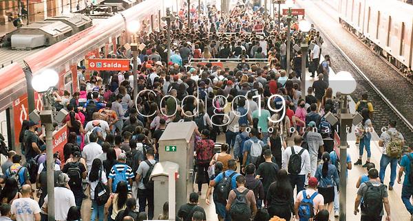 SÃO PAULO, SP, 14.09.2021: Movimentação CPTM  SP - Movimentação intensa de passageiros nas plataformas da estação Luz da CPTM na manhã desta terça - feira (14), região central da cidade de São Paulo (SP).