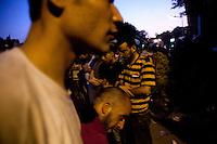 EGITTO, IL CAIRO 9/10 settembre 2011: assalto all'ambasciata israeliana. Migliaia di manifestanti egiziani, ancora infuriati per l'uccisione di cinque guardie di frontiera egiziane da parte dell'esercito israeliano, hanno fatto irruzione nella sede diplomatica israeliana e sono stati poi sgomberati da esercito e polizia egiziana. Nell'immagine: alcuni manifestanti in fila con le braccia incrociate.<br /> Egypt attack to the Israeli embassy  Attaque à l'ambassade israelienne Caire