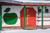 Amérique/Amérique du Nord/Canada/Québec/  env de Deschambault:  Batiments agricoles en bois sur le   Chemin du Roy, en été les vergers produisent des  pommes