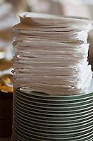 Europe/Monaco/Monte Carlo: restaurant: Louis XV / Alain Ducasse à l'Hôtel de Paris -  le personnel dresse la salle - détali pile d'assiettes et serviettes