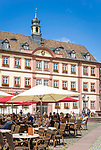 Deutschland, Rheinland-Pfalz, Neustadt an der Weinstrasse: Restaurants und Cafés am Marktplatz vorm Alten Rathaus | Germany, Rhineland-Palatinate, Neustadt an der Weinstrasse: Cafés and restaurants at market square with old townhall