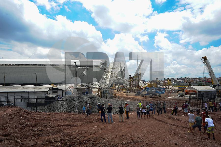 SAO PAULO, SP, 27.11.2013 - Queda de estrutura do estadio do Corinthians em Itaquera Zona Leste com 3 mortos.(Foto:Adriano Lima / Brazil Photo Press).