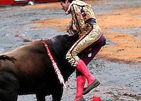 MANIZALES-COLOMBIA. 6-01-2014. Almacenero de 448 kg enviste al torero Ricardo Rivera de la ganaderia de Santa Barbara durante la temporada taurina de la 58 feria de Manizales /  Warehouseman of up to 448 kg bullfighter livestock Ricardo Rivera of Santa Barbara during the bullfighting season 58 Manizales Fair .Photo: VizzorImage / Santiago Osorio / Stringer