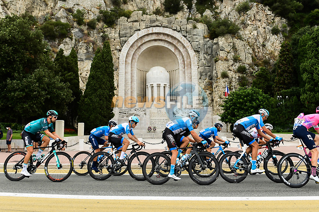 The peloton pass by the Monument aux Morts 1918 during Stage 1 of Tour de France 2020, running 156km from Nice Moyen Pays to Nice, France. 29th August 2020.<br /> Picture: ASO/Alex Broadway   Cyclefile<br /> All photos usage must carry mandatory copyright credit (© Cyclefile   ASO/Alex Broadway)