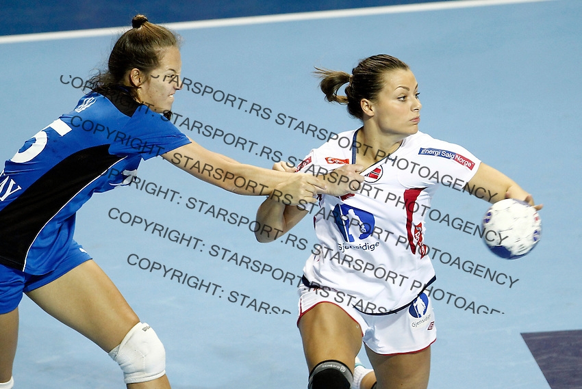 SERBIA, ZRENJANIN: Norway's Nora Mork (R) vies with Paraguay's Ana Acuna(L) during their Women's Handball World Championship 2013 match Norway vs Paraguay on December 10, 2013 in Zrenjanin.  AFP PHOTO / PEDJA MILOSAVLJEVIC