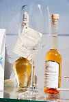 Germany, Baden-Wuerttemberg, Markgraefler Land, Badenweiler: grape seed oil and white wine vinegar in bottles | Deutschland, Baden-Wuerttemberg, Markgraeflerland, Badenweiler: Produkte der Weinherstellung - Traubenkernoel und Weissweinessig