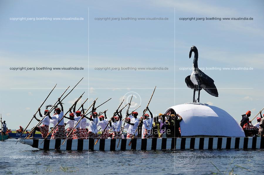 Africa ZAMBIA Barotseland , Zambezi floodplain , Kuomboka ceremony in Lealui, the Lozi king Lubosi Imwiko II. also called Litunga, change his residence after raining time with the royal bark Nalikwanda  from Lealui to his palace in Limulunga, queen´s bark with bird symbol