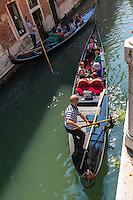 Italie, Vénétie, Venise: Gondoles sur le Rio dei Fuseri, Sestiere de San Marco   // Italy, Veneto, Venice:
