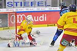 Mirko Hoefflin (Nr.92 - ERC Ingolstadt) vor Torwart Mathias Niederberger (Nr.35 - Duesseldorfer EG) beim Spiel in der DEL, ERC Ingolstadt (dunkel) - Duesseldorfer EG (hell).<br /> <br /> Foto © PIX-Sportfotos *** Foto ist honorarpflichtig! *** Auf Anfrage in hoeherer Qualitaet/Aufloesung. Belegexemplar erbeten. Veroeffentlichung ausschliesslich fuer journalistisch-publizistische Zwecke. For editorial use only.
