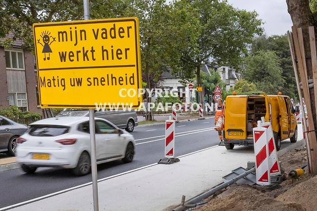 Nijmegen, 010921 <br />Om het verkeer langzamer te laten rijden heeft BUKO infrasupport borden geplaatst met de tekst 'Mijn vader werkt hier, matig uw snelheid'.<br />Met de aanpassingen aan de Graafseweg wil Nijmegen het verkeer meer gebruik laten maken van de nieuwe Brug over de Waal, de Oversteek.<br />Door Van Gelder wordt de weg onder andere door versmallingen verkeersluw gemaakt.<br />Meer informatie; 0622855764 Erik Bosvelt,  ebosvelt@ vangelder.com<br />Foto: Sjef Prins - APA Foto