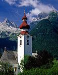 Oesterreich, Salzburger Land, Lofer mit Pfarrkirche und den Loferer Steinbergen   Austria, Salzburger Land, Lofer with parish church and Loferer Steinberge Mountains