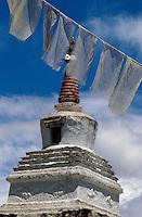 Indien, Ladakh (Jammu+Kashmir), Kloster Tikse, Stupa und Gebetsfahnen