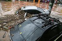 SAO PAULO, SP, 10.12.2014 - ALAGAMENTO SAO PAULO - Forte chuva na região leste da cidade de Sao Paulo provoca alagamento na Rua Padre Viegas de Menezes no bairro de Itaquera nesta quarta-feira, 10. (Foto: William Volcov / Brazil Photo Press).