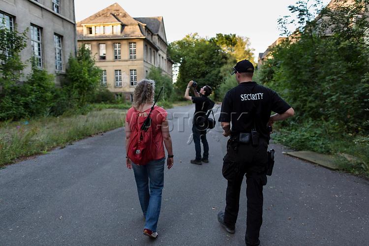 """Das ehemalige St. Josefsheim Waldniel-Hostert, Fuehrung durch das Heim mit der Kentschool Security Group, [das Josefsheim ist ein ehemaliges Franziskaner-Heim fuer Kinder mit Behinderung, nach 1937 war es die Kinderfachabteilung der Provinzial Heil- und Pflegeanstalt, in dieser Zeit wurden ca. 100 Kindern mit Behinderung durch die Nationalsozialisten ermordet, von 1963 bis 1991 britische Kent-School], heute leerstehende Ruine, [Treffpunkt fuer """"Geisterjaeger""""], lost place, lost places, moderne Ruine, Fotograf, Photograpfen, Grundstueck, Verfall, verfallen, Gedenkstaette, Euthanasie, Kindereuthanasie, Naziverbrechen, Verbrechen, Behinderung, Nationalsozialismus, Nazi-Zeit, Drittes Reich, Geschichte, Historie, Josefs-Heim, Europa, Deutschland, Nordrhein-Westfalen, Viersen, Schwalmtal, 08/2013<br /> <br /> Engl.: Europe, Germany, North Rhine-Westphalia, Viersen, Schwalmtal, former St. Josefsheim Waldniel-Hostert, guided tour through the home with the Kentschool Security Group, building, exterior view, memorial site, euthanasia, mercy killing, crime, disability, National Socialism, Third Reich, history, the Josefsheim is a former home managed by Franciscan monks for disabled children, after 1937 the National Socialists killed approx. 100 disabled children there, from 1963 - 1991 British Kent-School, August 2013"""