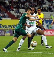 MANIZALES - COLOMBIA -17-10-2016: Oscar Estupiñan (Der.) jugador de Once Caldas, disputa el balón con Oliver Fula (Izq.) jugador de La Equidad, durante partido Once Caldas y La Equidad, por la fecha 16 de la Liga de Aguila II 2016 en el estadio Palogrande en la ciudad de Manizales. / Oscar Estupiñan (R) player of Once Caldas, figths the ball with con Oliver Fula (L) player of La Equidad, during a match Once Caldas and La Equidad, for date 16 of the Liga de Aguila II 2016 at the Palogrande stadium in Manizales city. Photo: VizzorImage  / Santiago Osorio / Cont.