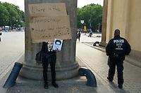 Mitglieder der Protestpartei Piraten, des Chaos Computer Club und verschiedener Friedensgruppen versammelten sich am Donnerstag den 4. Juli 2013 in Berlin vor dem Brandenburger Tor zu einer Solidaritaetskundgebung fuer den US-Whistleblower Edward Snowden. Sie forderten, dass Snowden in Deutschland Asyl gewaehrt werden soll.<br />4.7.2013, Berlin<br />Copyright: Christian-Ditsch.de<br />[Inhaltsveraendernde Manipulation des Fotos nur nach ausdruecklicher Genehmigung des Fotografen. Vereinbarungen ueber Abtretung von Persoenlichkeitsrechten/Model Release der abgebildeten Person/Personen liegen nicht vor. NO MODEL RELEASE! Don't publish without copyright Christian-Ditsch.de, Veroeffentlichung nur mit Fotografennennung, sowie gegen Honorar, MwSt. und Beleg. Konto:, I N G - D i B a, IBAN DE58500105175400192269, BIC INGDDEFFXXX, Kontakt: post@christian-ditsch.de<br />Urhebervermerk wird gemaess Paragraph 13 UHG verlangt.]