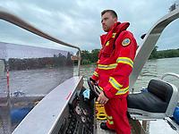 Leeheim 24.06.2021: DLRG-Bootsführer<br /> Niklas Reinhardt und Thomas Schaff (r) bei der Mann-über-Bord/Mann-im-Wasser Rettungsübung<br /> Foto: Vollformat/Marc Schüler, Schäfergasse 5, 65428 R'eim, Fon 0151/11654988, Bankverbindung KSKGG BLZ. 50852553 , KTO. 16003352. Alle Honorare zzgl. 7% MwSt.