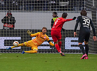 Hee-Chan Hwang (RB Salzburg, #09) verwandelt den Elfmeter zum Tor zum 4:1 gegen Torwart Kevin Trapp (Eintracht Frankfurt) - 20.02.2020: Eintracht Frankfurt vs. RB Salzburg, UEFA Europa League, Hinspiel Round of 32, Commerzbank Arena DISCLAIMER: DFL regulations prohibit any use of photographs as image sequences and/or quasi-video.