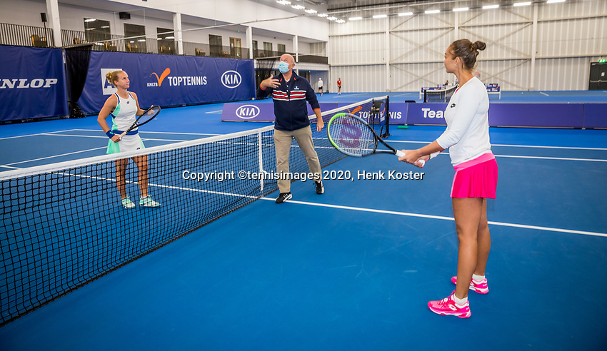 Amstelveen, Netherlands, 20  December, 2020, National Tennis Center, NTC, NK Indoor, National  Indoor Tennis Championships, Final womans single  :  Umpire Rob Mulder does the toss for the match between  Richel Hogenkamp (NED) (L) and Lesley Pattinama-Kerkhove (NED)<br /> Photo: Henk Koster/tennisimages.com