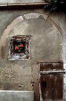 Riquewihr: Wall, small window.