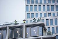 Gedenken anlaesslich des 1. Jahrestag des Terroranschlag auf den Weihnachtsmarkt auf dem Berliner Breitscheidplatz am 19. Dezember 2016 durch den Terroristen Anis Amri.<br /> Im Bild: Scharfschuetzen der Polizei haben auf umliegenden Daechern Poisition bezogen und sichern die Gedenkfeierlichkeiten mit der Bundeskanzlerin und dem Bundespraesidenten.<br /> 19.12.2017, Berlin<br /> Copyright: Christian-Ditsch.de<br /> [Inhaltsveraendernde Manipulation des Fotos nur nach ausdruecklicher Genehmigung des Fotografen. Vereinbarungen ueber Abtretung von Persoenlichkeitsrechten/Model Release der abgebildeten Person/Personen liegen nicht vor. NO MODEL RELEASE! Nur fuer Redaktionelle Zwecke. Don't publish without copyright Christian-Ditsch.de, Veroeffentlichung nur mit Fotografennennung, sowie gegen Honorar, MwSt. und Beleg. Konto: I N G - D i B a, IBAN DE58500105175400192269, BIC INGDDEFFXXX, Kontakt: post@christian-ditsch.de<br /> Bei der Bearbeitung der Dateiinformationen darf die Urheberkennzeichnung in den EXIF- und  IPTC-Daten nicht entfernt werden, diese sind in digitalen Medien nach §95c UrhG rechtlich geschuetzt. Der Urhebervermerk wird gemaess §13 UrhG verlangt.]