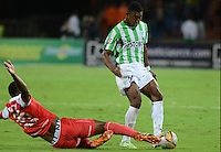 MEDELLIN - COLOMBIA -14-12-2014: Oscar Murillo (Der.) jugador de Atletico Nacional disputa el balón con Yerry Mina (Izq.) jugador Independiente Santa Fe durante partido entre Atletico Nacional e Independiente Santa Fe por fecha 6 de los cuadrangulares semifinales de la de la Liga Postobon II 2014, jugado en el estadio Atanasio Girardot de la ciudad de Medellin.   / Oscar Murillo (R), player of Atletico Nacional fights for the ball with Yerry Mina (L) player of Independiente Santa Fe during a match for the between Atletico Nacional and Independiente Santa Fe for the date 6 of the quadrangular semifinals of the Liga Postobon II 2014 at the Atanasio Girardot stadium in Medellin city. Photo: VizzorImage. / Luis Rios / Str.