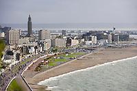Europe/France/Normandie/Haute-Normandie/76/Seine-Maritime/Le Havre: le front de mer et la plage de galets en fond l 'Hotel de Ville