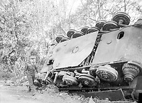Le général Eisenhower passant devant un Tigre II retourné à Chambois.  <br /> <br /> Gen. Dwight D. Eisenhower, supreme commander of the Allied expeditionary forces, inspects an overturned German tank left by a roadside in France by the retreating enemy.<br /> <br /> 1 August 1944