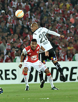 BOGOTA- COLOMBIA – 26-02-2015: Luis Quiñonez (Izq.) jugador del Independiente Santa Fe de Colombia, disputa el balón con Humberto Suazo (Der.) jugador de Colo Colo de Chile, durante partido entre Independiente Santa Fe de Colombia y Colo Colo de Chile, por la segunda fase, grupo 1, de la Copa Bridgestone Libertadores en el estadio Nemesio Camacho El Campin, de la ciudad de Bogota. / Luis Quiñonez (L) player of Independiente Santa Fe of Colombia, figths for the ball with Humberto Suazo (R) player of Colo Colo of Chile during a match between Independiente Santa Fe of Colombia and Colo Colo of Chile for the second phase, group 1, of the Copa Bridgestone Libertadores in the Nemesio Camacho El Campin in Bogota city. Photo: VizzorImage / Luis Ramirez / Staff.
