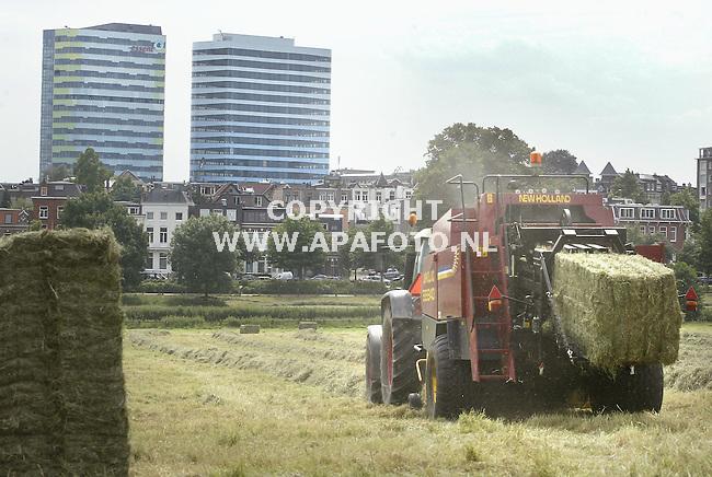 Arnhem, 160605<br /> Loonwerker Driek Kriesels haalt zo'n 4 hectare gras van de Sonsbeekweide in het centrum van Arnhem. Het gras wordt gebruikt voor de stadsboerderij Presikhaaf. In de achtergrond zijn de twee nieuwe, stadgezicht bepalende, torens te zien.<br /> <br /> Foto: Sjef Prins - APA Foto