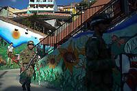 MEDELLÍN -COLOMBIA. 24-05-2014. Soldados vigilan la seguridad en la comuna 13 de Medellín durante la jornada de elecciones Presidenciales en en Colombia que se realizan hoy 25 de mayo de 2014 en todo el país./ Soldiers guard the comuna 13 in Medellin during the day of Presidential elections in Colombia that made today May 25, 2014 across the country. Photo: VizzorImage / Luis Rios /Str