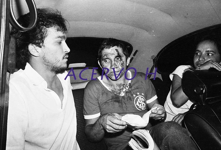 O estudante de medicina Marcos Miranda socorre um manifestante após confronto com a polícia militar.<br /> Estudantes se mobilizam na luta pela meia passagem pulando a roleta dos ônibus durante vários protestos pela cidade e são reprimidos pela polícia militar.<br /> Belém, Pará, Brasil.<br /> Foto Paulo Santos <br /> 1984