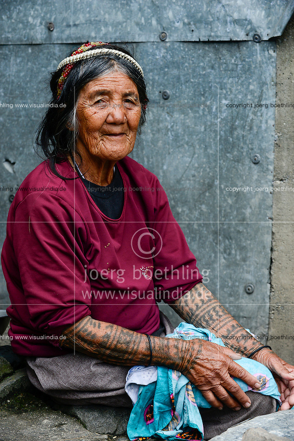 PHILIPPINES, Cordillera highlands, Bontoc, Samoki village, Igorot people, Samoki tribe, old woman with snake skeleton in hair and tattoo/ PHILIPPINEN, Cordilleras, Bontoc, Samuki Dorf, Igorot Volksgruppe, Samoki Clan, alte Frau mit Schlangen Skelett Schmuck im Haar und Taetowierung