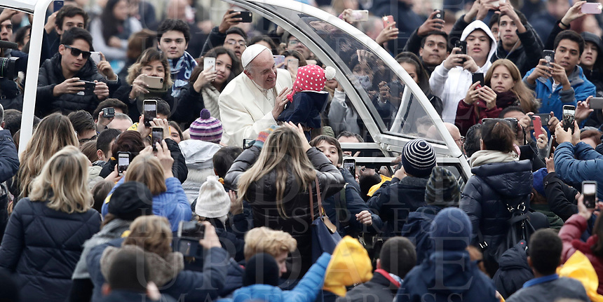 Papa Francesco accarezza una bambina al suo arrivo all'udienza generale del mercoledi' in Piazza San Pietro, Citta' del Vaticano, 31 gennaio, 2018.<br /> Pope Francis caresses a child as he arrives for his weekly general audience in St. Peter's Square at the Vatican, on January 31, 2018.<br /> UPDATE IMAGES PRESS/Isabella Bonotto<br /> <br /> STRICTLY ONLY FOR EDITORIAL USE