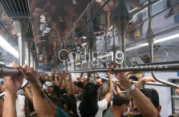 SÃO PAULO, SP, 06.02.2021:  Movimentação CPTM  - Em meio ao alto de caso de Covid -19, passageiros  se aglomeram nos vagões lotados dos trens da CPTM  na linha 7 Rubi , que liga a região central da cidade de São Paulo na estação Brás até as cidades de Francisco Morato e Jundiaí no interior do estado.