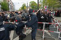 Gegen den Protest mehrerer tausend Menschen setzte die Polizei am 1. Mai in Berlin einen Aufmarsch von ca. 300 Neonazis aus ganz Deutschland durch. Es gab mehrere Versuche die Marschroute mit Blokaden zu sperren, so auch einer Betonpyramide, an die sich 4 Menschen angekettet hatten.<br />Im Bild: Polizei aus Niedersachsen setzt Pfefferspray gegen Gegendemonstranten ein.<br />1.5.2013, Berlin<br />Copyright: Christian-Ditsch.de<br />[Inhaltsveraendernde Manipulation des Fotos nur nach ausdruecklicher Genehmigung des Fotografen. Vereinbarungen ueber Abtretung von Persoenlichkeitsrechten/Model Release der abgebildeten Person/Personen liegen nicht vor. NO MODEL RELEASE! Don't publish without copyright Christian-Ditsch.de, Veroeffentlichung nur mit Fotografennennung, sowie gegen Honorar, MwSt. und Beleg. Konto:, I N G - D i B a, IBAN DE58500105175400192269, BIC INGDDEFFXXX, Kontakt: post@christian-ditsch.de<br />Urhebervermerk wird gemaess Paragraph 13 UHG verlangt.]