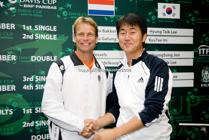 18-9-08, Netherlands, Apeldoorn, Tennis, Daviscup NL-Zuid Korea, Draw in cityhall,  both Captains: from South Korea(r) NamHoon Kim and from the Netherlands Jan Siemerink
