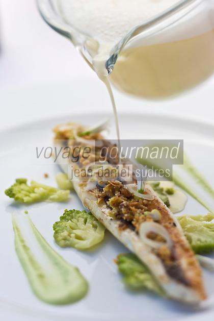 Europe/France/2A/Corse du Sud/Ajaccio: Loup rôti avec choux romanesco en embeurrée cébettes et amandes douces, recette d' Aurélien Véquaud chef du Restaurant: Le Palm Beach, rte des Sanguinaire