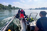 Maurice Eisenmann, Ausbilder Oskar Puch und Simon Stehle machen sich bereit den Dummy aus dem Rhein zu bergern - Ginsheim-Gustavsburg 18.09.2021: Bootsführerausbildung des Katastrophenschutz MTK