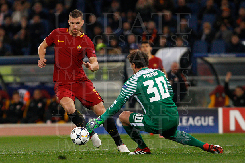 Roma s Edin Dzeko, left, is challenged by Shakhtar Donetsk goalkeeper Andriy Pyatov during the Uefa Champions League round of 16 second leg soccer match between Roma and Shakhtar Donetsk at Rome's Olympic stadium, March 13, 2018. Roma won. 1-0 to join the quarter finals.<br /> UPDATE IMAGES PRESS/Riccardo De Luca