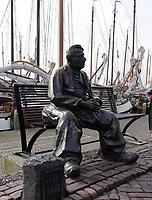 Nederland - Volendam - 2018.  De haven van Volendam. Beeld van een man in Volendamse klederdracht.    Foto Berlinda van Dam / Hollandse Hoogte
