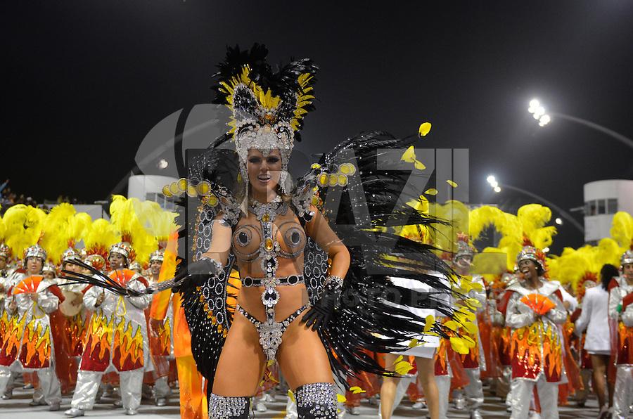 SAO PAULO, SP, 10 FEVEREIRO 2013 - CARNAVAL SP - TOM MAIOR  - Tania Oliveira da escola de samba Tom Maior durante desfile no segundo dia do Grupo Especial no Sambódromo do Anhembi na região norte da capital paulista, na madrugada deste domingo, 10. FOTO: LEVI BIANCO - BRAZIL PHOTO PRESS