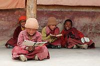 Jeunes novices du monastère isolé de Lingshet situé à 5 jours de marche de la première piste carossable. Depuis l'an 1000 l'éducation des jeunes moins n'a pas beaucoup changé. Ladakh Himalaya Inde. Photo : Vibert / Actionreporter.com