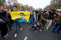 Demonstration fuer die Aufhebung des PKK-Verbot.<br />Ca. 8.000 bis 10.000 Menschen demonstrierten am Samstag den 16. November 2013 in Berlin fuer eine Aufhebung des PKK-Verbots. Die kurdische Arbeiterpartei ist seit November 1993 in Deutschland verboten. Sie tritt fuer eine unabhaengiges Kurdistan ein und nach PKK-Angaben sollen mehr als 10.000 Menschen sollen bewaffnet fuer dieses Ziel in der Grenzregion Tuerkei/Irak/Syrien/Iran vorhanden sein. Die tuerkische Regierung bekaempft die PKK seit ihrer Gruendung militaerisch, ohne jedoch die Region befrieden zu koennen. Allen militaerischen Einsaetzen des tuerkischen Militaers und Verlusten auf Seiten der PKK zum Trotz, nahm die Zahl an aktiven Kaempfern und die Unterstuetzung für die PKK in der Bevoelkerung stetig zu. <br />Entgegen einer Entscheidung des Bundesgerichtshof im Jahre 2004 wird die Organisation von den deutschen Behoerden weiterhin als terroristische und kriminelle Vereinigung bezeichnet.<br />Seit laengerer Zeit ist die PKK mit der tuerkischen Regierung in Verhandlungen ueber einen dauerhaften Frieden. Die Demonstration forderte die Bundesregierung auf, diesen Friedensprozess mit einer Legalisierung der PKK zu unterstuetzen.<br />Im Bild: Demonstrationsteilnehmer tanzen auf der Abschlusskundgebung.<br />16.11.2013, Berlin<br />Copyright: Christian-Ditsch.de<br />[Inhaltsveraendernde Manipulation des Fotos nur nach ausdruecklicher Genehmigung des Fotografen. Vereinbarungen ueber Abtretung von Persoenlichkeitsrechten/Model Release der abgebildeten Person/Personen liegen nicht vor. NO MODEL RELEASE! Don't publish without copyright Christian Ditsch/version-foto.de, Veroeffentlichung nur mit Fotografennennung, sowie gegen Honorar, MwSt. und Beleg. Konto:, I N G - D i B a, IBAN DE58500105175400192269, BIC INGDDEFFXXX, Kontakt: post@christian-ditsch.de.<br />Urhebervermerk wird gemaess Paragraph 13 UHG verlangt.]