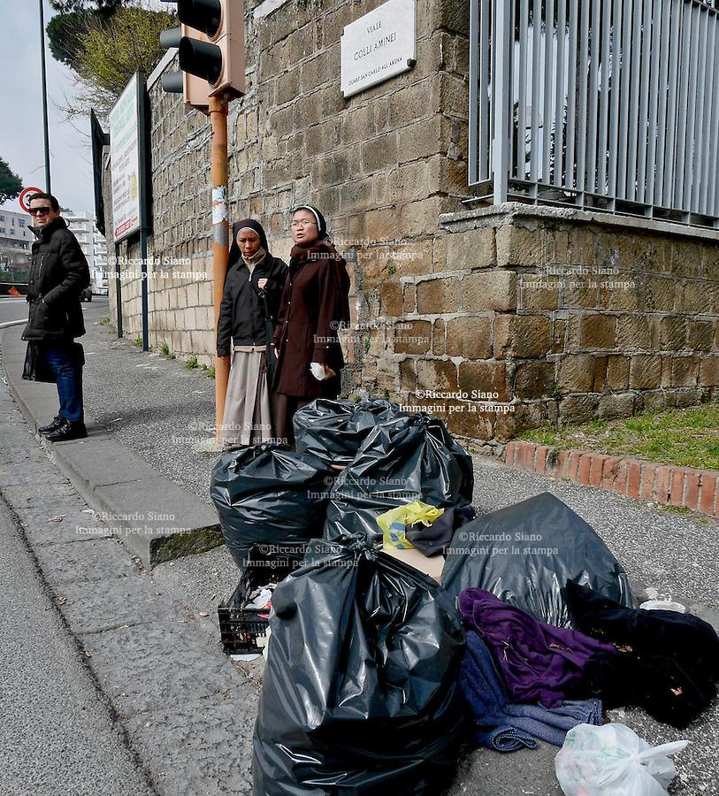 - NAPOLI 17 MAR  2014 -  Colli Aminei rifiuti della differenziata non rimossi. nella foto viale Colli Aminei