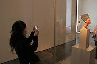 Germania Berlino 2007 Museo egiziano Una turista giapponese fotografa la statua di Nefertiti