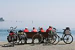 DEU, Deutschland, Baden-Wuerttemberg, Bodensee, Konstanz: Radfahrer bei Rast auf einer bank am Bodensee | DEU, Germany, Baden-Wuerttemberg, Lake Constance, Constance: cyclists resting on a banch