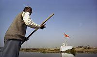 Delhi / India.In barca sul fiume Yamuna, sacro per gli indu. Lungo il corso del fiume non è raro vedere le fiamme delle pire su cui vengono cremati i defunti..Foto Livio Senigalliesi.