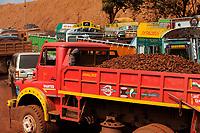 INDIA Jharkhand Noamundi , TATA iron ore open cast mining / INDIEN Jharkhand Noamundi , Abbau von Eisenerz u.a. von Tata Steel im offenen Tagebau